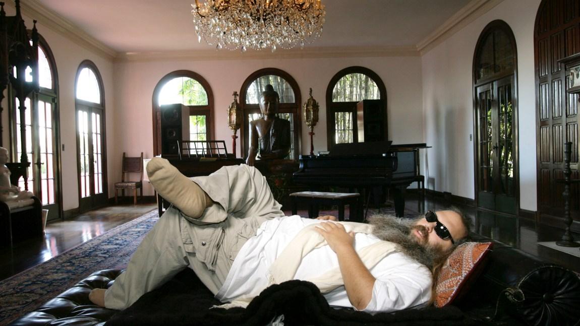 Rick Rubin poserer henslengt på ein sofa i sin eigen heim.