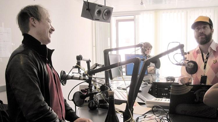 Erlend og Steinjo i studio under første sending. (Foto: Nrk)