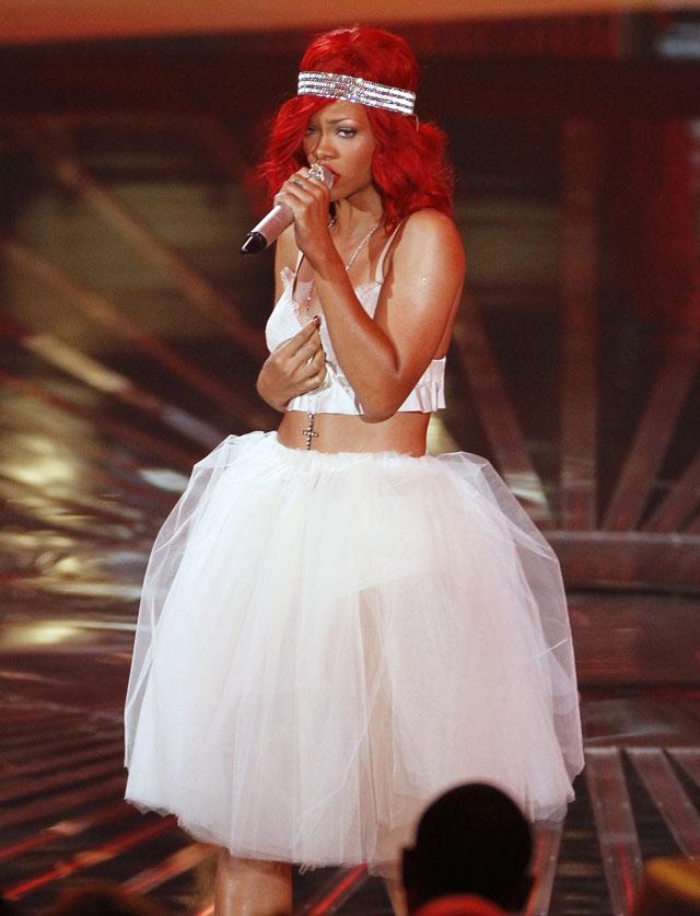 """Rihanna sang """"Love the Way You Lie"""" med Eminem, i det som må være det motsatte av kjøttkjolen til Gaga. (Foto: Scanpix)"""