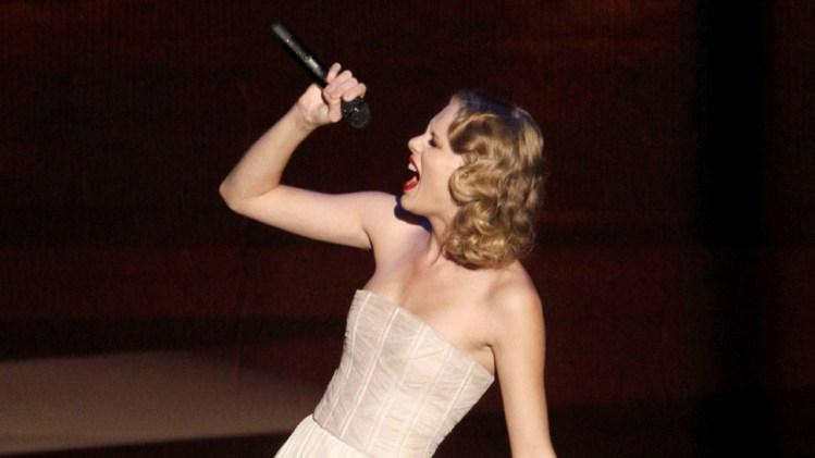 Taylor Swift valgte å tilgi Kanye West i en ny låt, som hun fremførte barfot. (Foto: Scanpix)