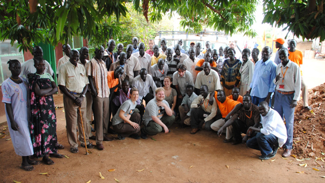 Ken sammen med folka som jobber i Flyktninghjelpen i Sudan. (Foto: Flyktninghjelpen)