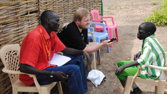 Ken fikk intervjue en av barna på skolen for hjemløse i Sudan. (Foto: Kathinka Devold Kjellsen)