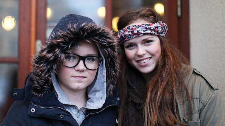 Emilie Skårild (t.v.) tok med seg veninnen Maria Vangen på P3Sessions. (Foto: Tom Øverlie, NRK P3)