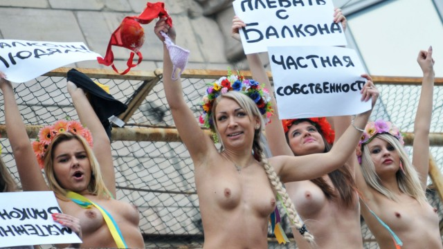 Toppløs demo mot Vladimir Putins besøk til Ukraina. (Foto: AFP PHOTO/ SERGEI SUPINSKY)