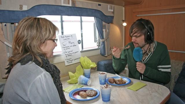 Mattilsynet fikk servert en Tore spesial, men var faktisk så mett at hun ikke hadde særlig lyst på mat. Merkelig. (Foto: Maria Lindberg)