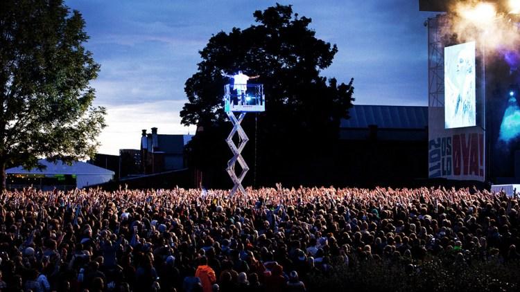 En kran tok Kanye høyt over publikum. (Foto: Tom Øverlie, NRK P3)