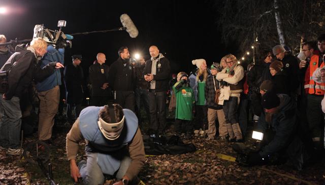 Mange var dog mer interessert i Kronprinsen bak (Foto: NRK)