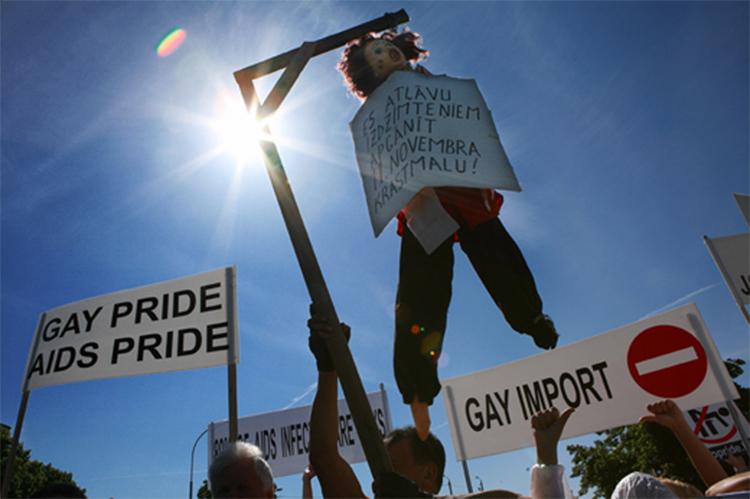 No pride: Her demonstrerer folk i Riga mot gay-pride i 2008. (Foto:Amnesty)