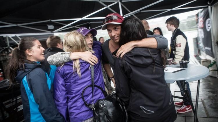 Det var stort å få klem av DJ Broiler for Emma, Viktoria og Vivian. (Foto: Erlend Lånke Solbu / NRK P3).