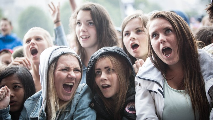 Publikum var helt med tross i at regnet høljet ned under VG-lista Topp 20-showet i Bergen. (Foto: Erlend Lånke Solbu / NRK P3).