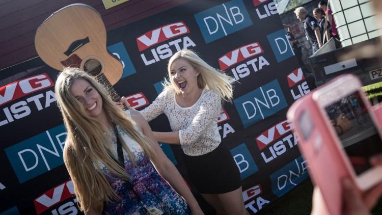 Astrid Smeplass og Siri Vølstad Jensen tar bilde til Instagram. - Skriv at jeg slår henne med en gitar fordi jeg ikke fikk bli med på bildet, sier Astrid.