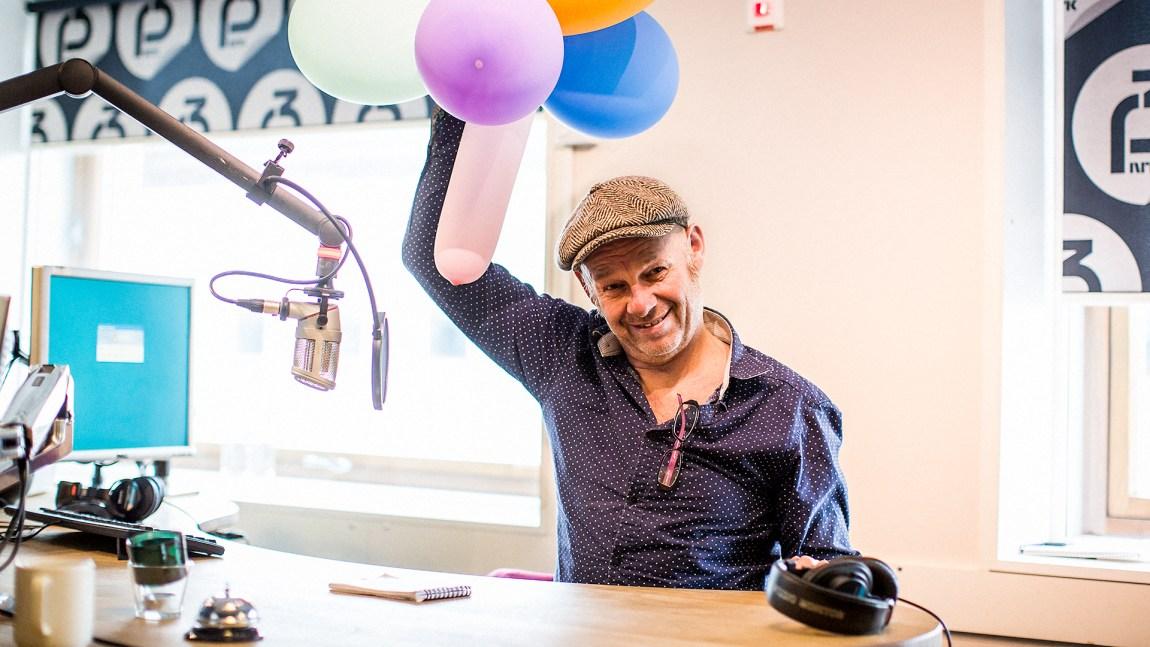 Espen Thoresen forbereder seg til bursdagsfeiring i studio. Foto: Tom Øverlie.