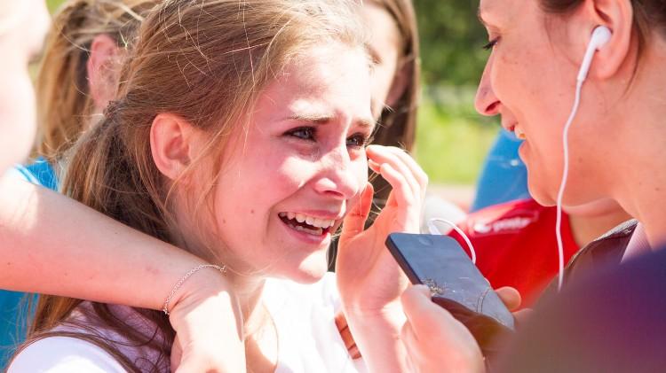 Leah ble rørt til tårer da hun skjønte at hun skulle få dra til VG-lista Topp 20 på Rådhusplassen. Foto: Mina Knudsen, NRK P3