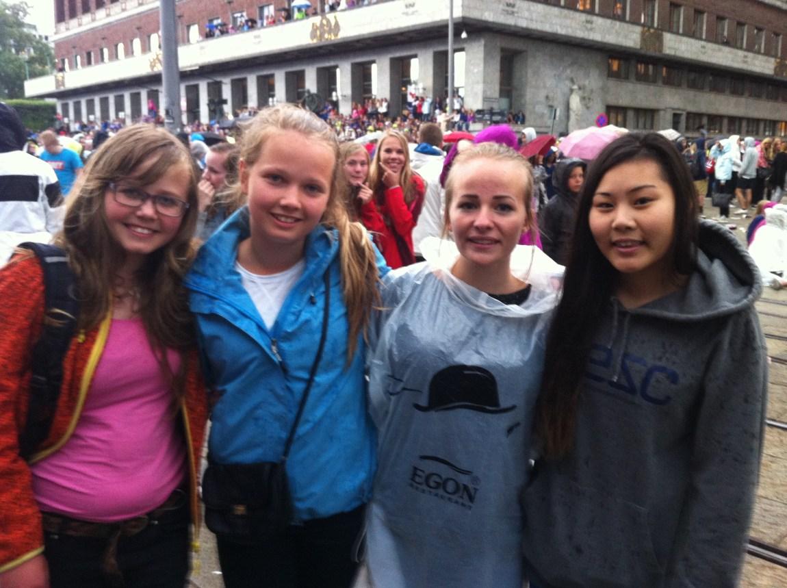 Tuva (13), Mari (13), Katrine (16) og June (17) var storfornøyd med Austin Mahones konsert. (Foto: Aksel Rynning)