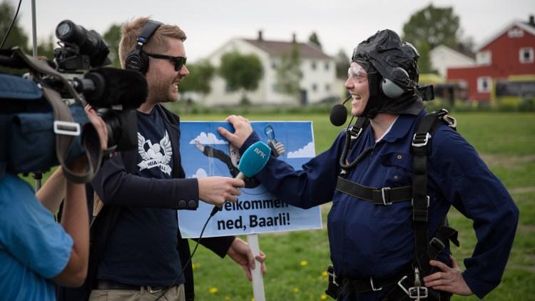 Niklas Baarli ble møtt på bakken av reporter Sven Bisgaard Sundet som hadde med seg Urge og Snickers. (Foto: Erlend Lånke Solbu)