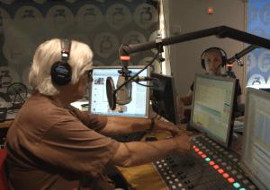 Ole Torp i radiostudioet sammen med P3morgen-kollega Silje Reiten Nordnes. (Foto: NRK/UNG)