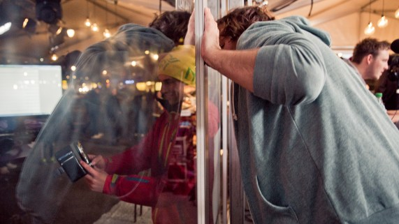 Ronny hilser på folk utenfor teltet. (Foto: Tom Øverlie, NRK P3)