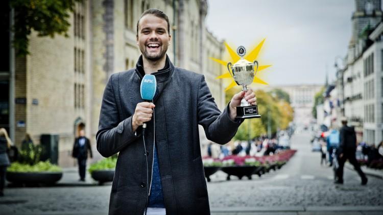 Siden Fabian Stang ikke hadde anledning til å motta pokalen, stilte Lars Berrum opp. Foto: Jonas Tomter, NRK P3.