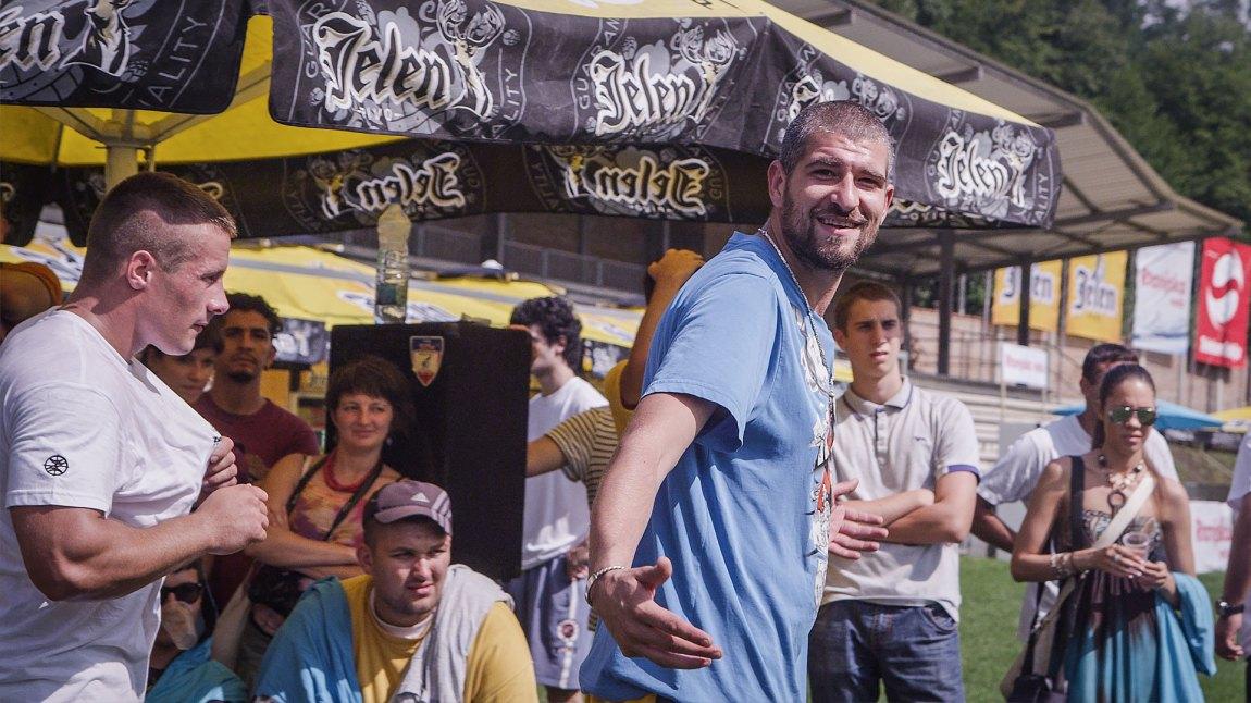 Leo hadde både gode og noen litt ubehagelige opplevelser på Guca-festivalen. (Foto: NRK)