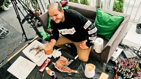 Niklas må filetere fisken før han kan køyre den i blenderen. (Foto: Mari Aftret Mørtvedt).