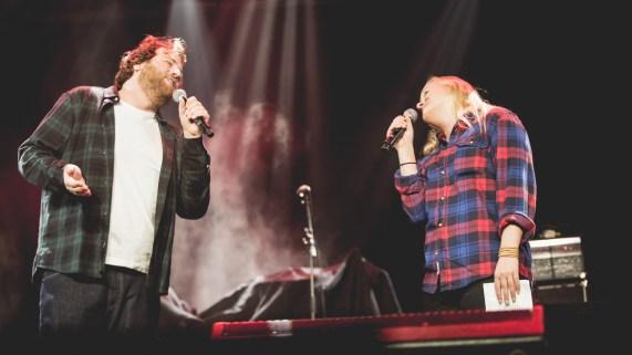 """Ronny og Tuva synger """"Somethin' Stupid"""" som oppvarming for OnklP og De Fjerne Slektningene under UKA i Trondheim. (Foto: Rashid Akrim)"""