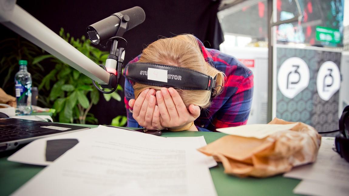 Tuva Fellman ble fysisk uvel da det ble klart at hun og Ronny skal varme opp for OnklP & De Fjerne Slektningene i kveld. P3aksjonen 2015. Foto: Tom Øverlie, NRK P3