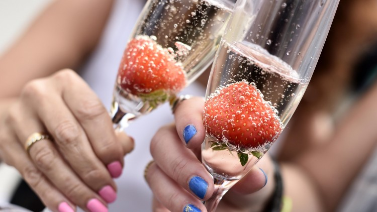Alt blir bedre med champagne - også hyllester. Foto: NTB Scanpix