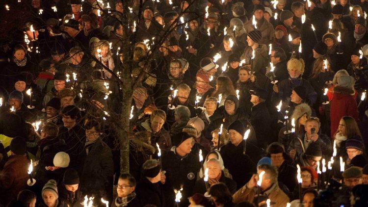 Brennende fakler i vintermørket - kan det bli bedre, egentlig? Foto: NTB ScanpixFoto: Thomas Winje Øijord / NTB scanpix