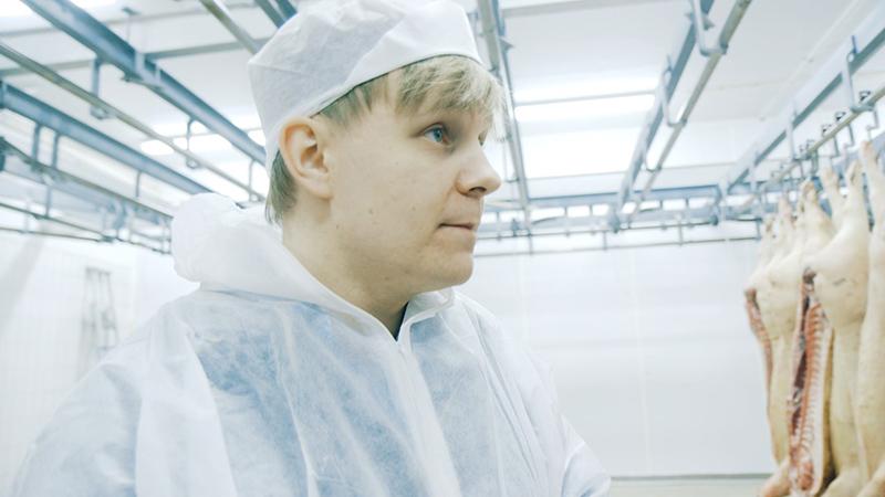 Ole Martin vil sannsynligvis ligge nedfrosset i mange år etter sin død. VRL-reporter Silje Ese tok ham med til et fryselager. Foto: NRK P3