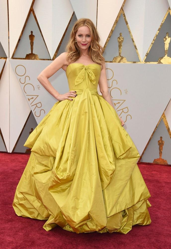 Skuespiller Leslie Mann var en av de første som dukket opp på løperen med en fargerik kjole. Foto: AP/NTB Scanpix