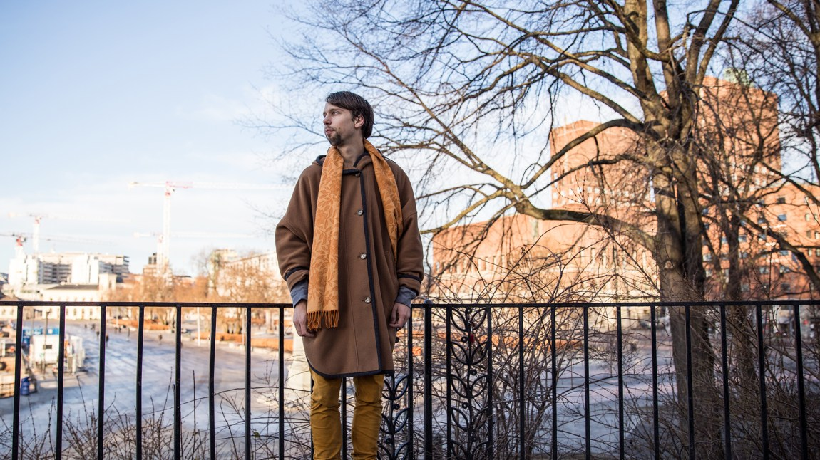 Axel (25) opplevde beskjeden om at han var hivsmittet som surrealistisk. (FOTO: Kim Erlandsen/NRK P3)