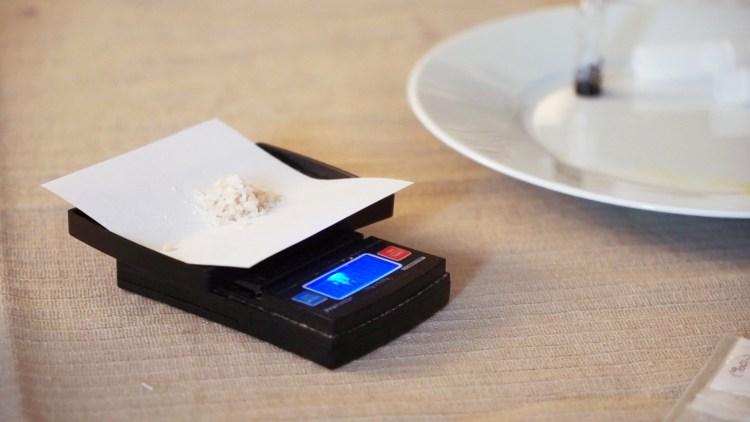 """Dealeren """"Emil"""" sier han alltid sørger for å teste det ulovlige dopet MDMA før han selger det. (Foto: NRK P3)"""
