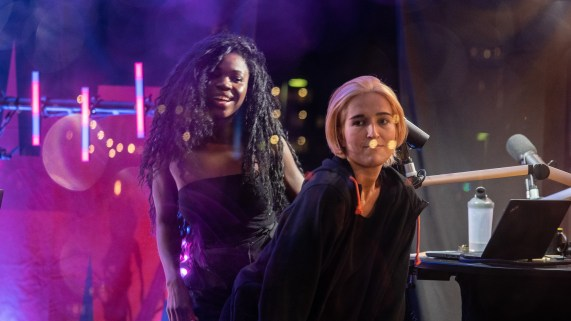 Myra og Adelina dansa da Sony Alven spilte under P3aksjonen. (Foto: Mattis Folkestad, NRK P3).
