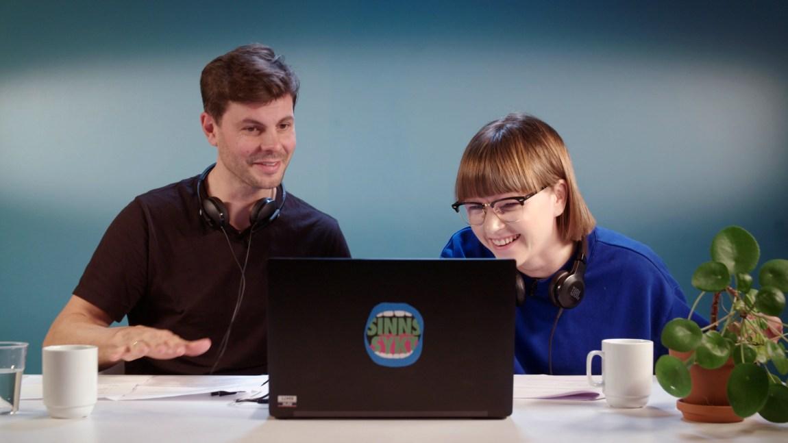 Psykologspesialist Kim Edgar Karlsen ser på videoklipp sammen med programleder Cecilie Ramona Kåss Furuseth. Foto: Sølve Sæther/NRK