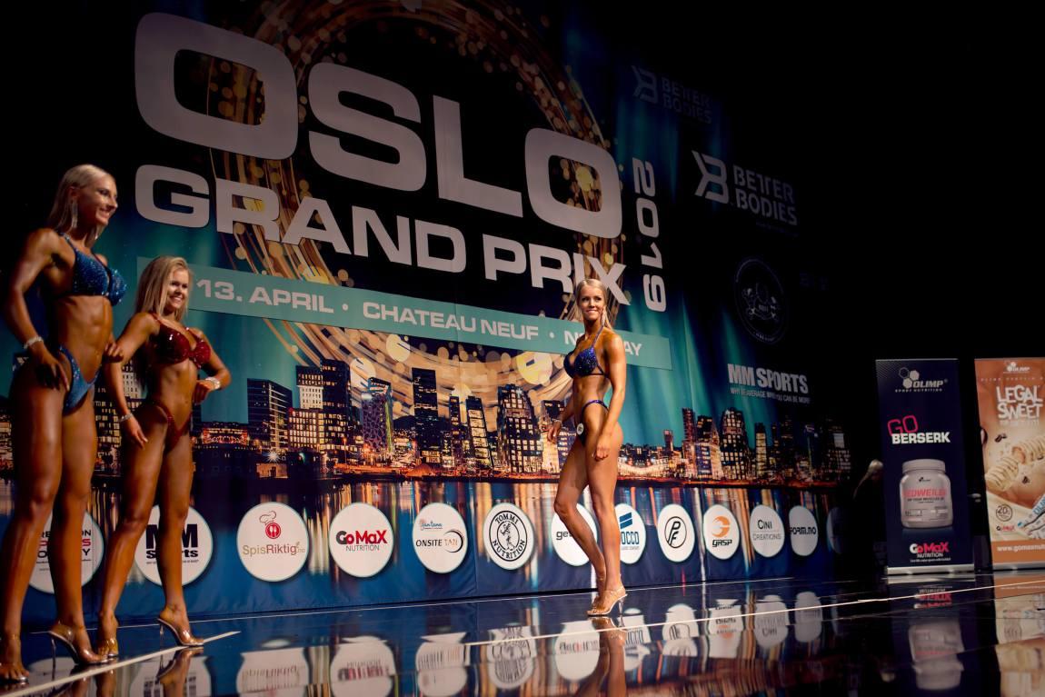 Tonje tripper elegant over den enorme scenen. Til venstre for henne står tre av de andre deltakerne med fleksede muskler og stive glis.