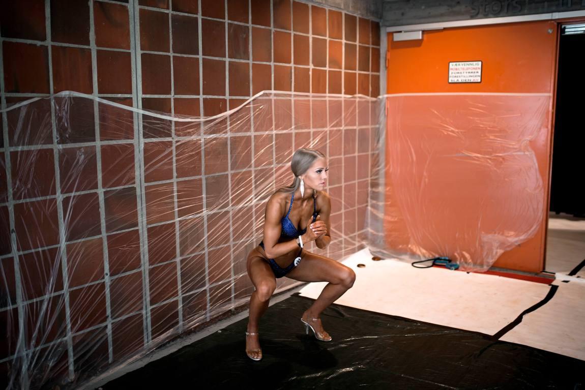 Tonje gjør et par dype knebøy iført en glitrende bikini før hun skal ut på scenen.