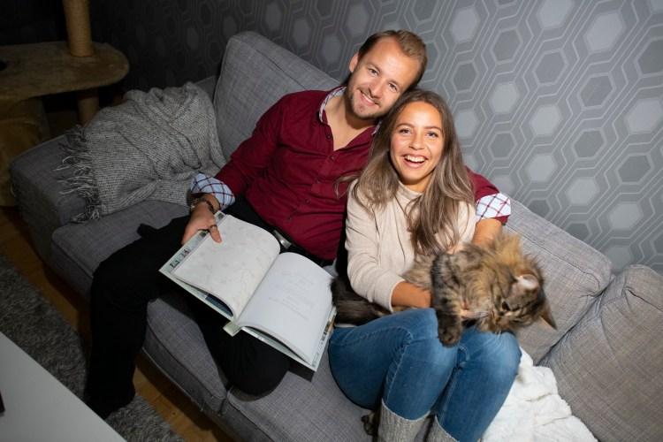 Natalie sitter til høyre i sofaen, i armkroken til sin samboer som sitter til venstre. Hun holder en av deres to katter, mens han leser i en interiørkatalog. De holder på å pusse opp leiligheten sin, og prøver bestemme seg for en ny tapet.