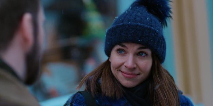 Ida Elise Broch har på seg en mørkeblå vinterlue og smiler til en mann.