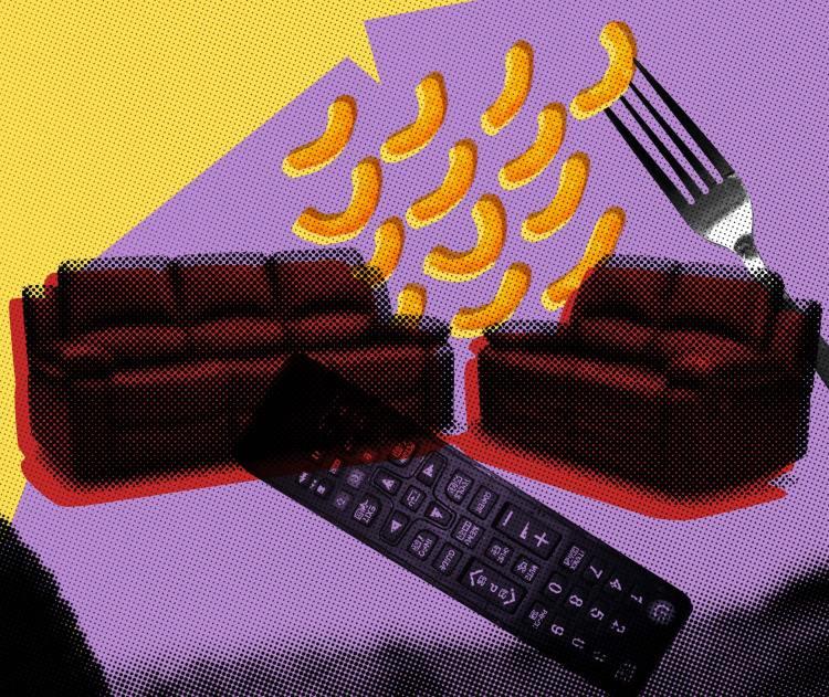 Illustrasjon: To røde sofaer står sentrert i bilde. Overlappene finner vi en fjernkontroll, en gaffel og et dryss av ostepop. Bildet har en gul og lilla bakgrunn.