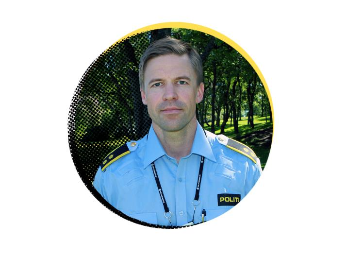 Pressefoto: Sentrert i bilde finner vi Knut Waldemar Solli, kriminalsjef ved Bodø Politistasjon. Iført en standard norsk politiuniform, ser han alvorlig inn i kameraet. Bildet er tatt i en park på en solskinnsdag.