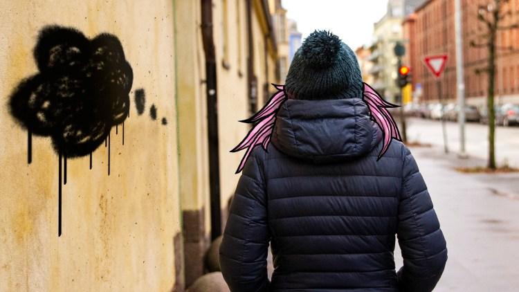 Bilder viser ryggen til Frida som går vekk. Ho har på seg boblejakke og lue, og det rosa teikna håret flagrer i vinden. På veggen er det tagga ei mørk sky.