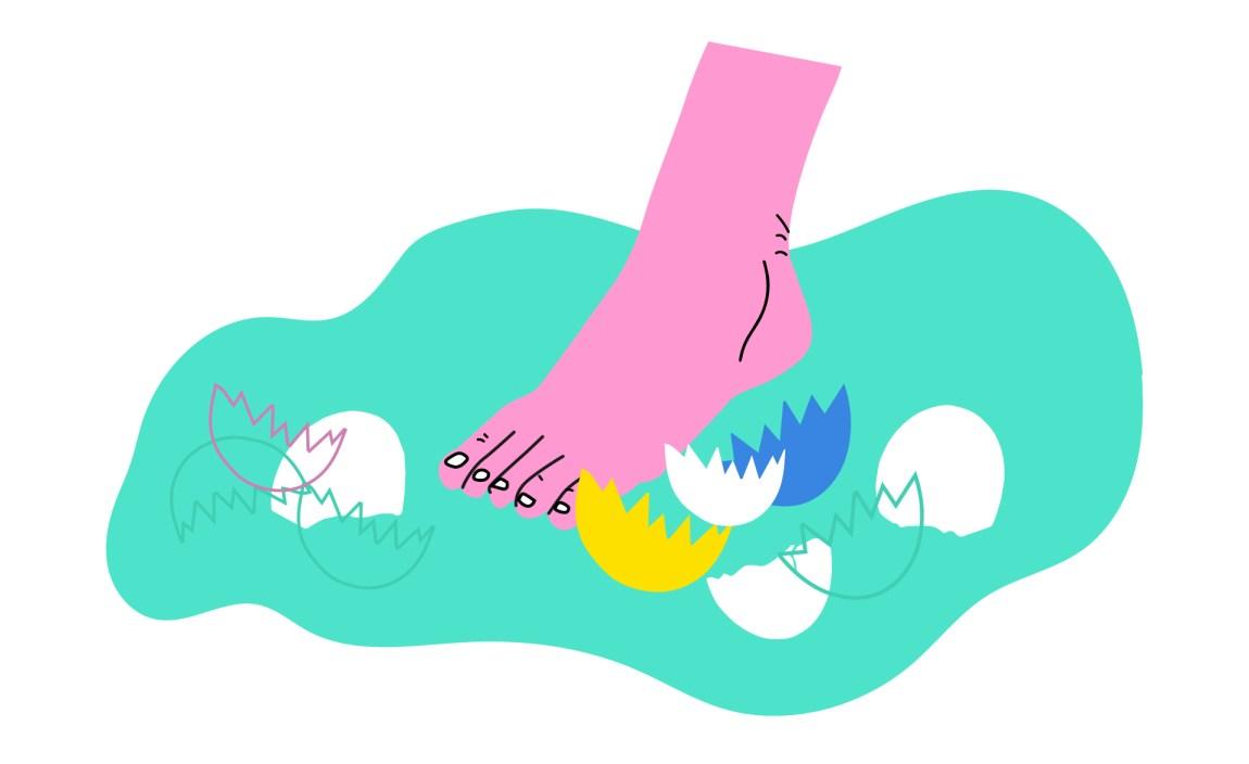 Teikning av ein rosa fot som trår forsiktig på golvet. Rundt ligg mange knuste eggeskal i forskjellig fargar. Bakgrunnen er grøn.