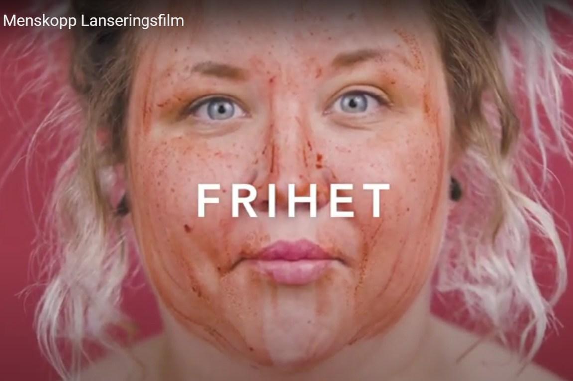 Ansiktet til en kvinne, dekket med falsk blod.