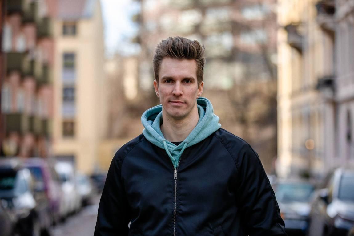 Kjellsby ser rett inn i kamera og smiler lurt. Han har ei svart jakke og ein grøn hettegensar på seg.