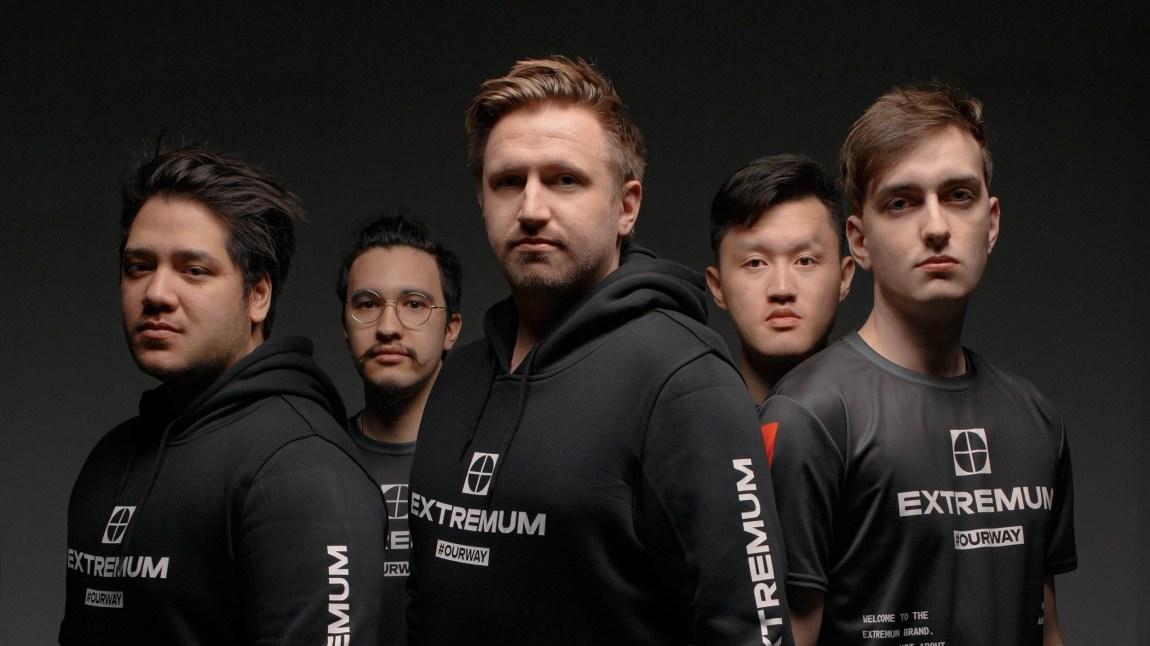 Et bilde av Joakim Myrbostad som står og poserer sammen med lagkameratene sine i CS-laget Extremum