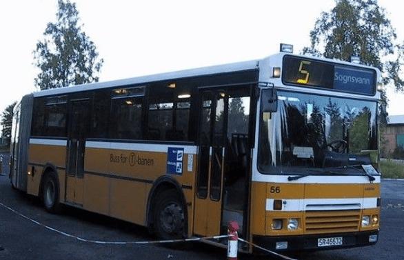 Gul buss med kvite striper, tar seg av t-baneline 5 rundt Songsvann i Oslo.