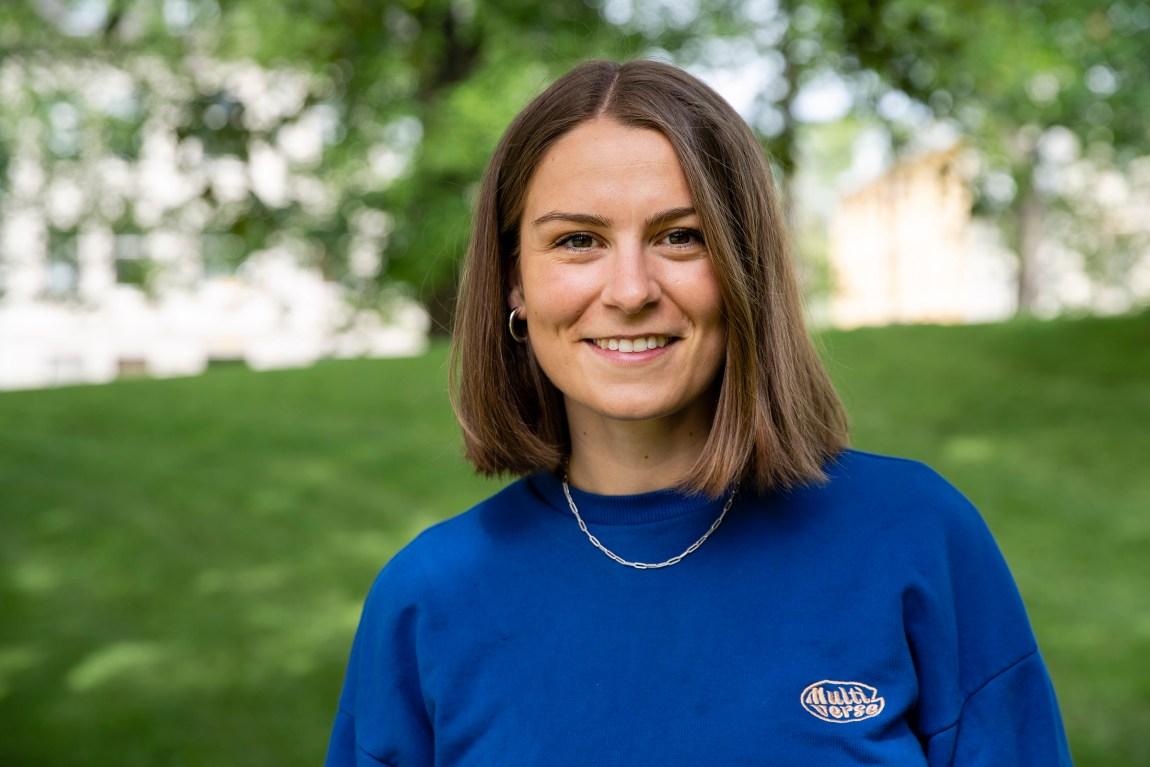 Et bilde av Nina Gjertsen utendørs, som smiler.