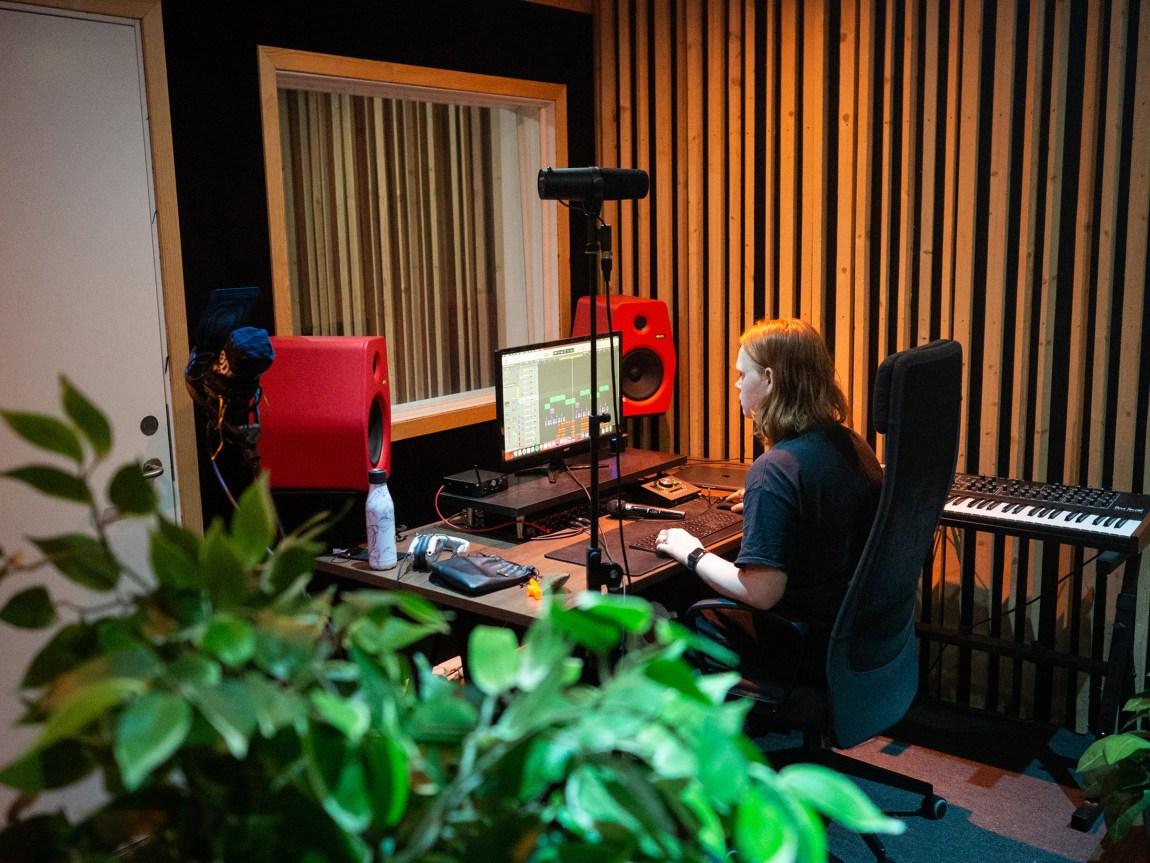 Et bilde av studioet til Kill Ginger. Vi ser et keyboard, en Mac med musikkproduksjonsprogram og mer.