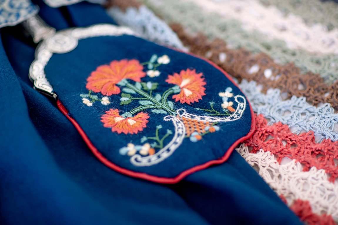 Nærbilde av brodert bunadsveske i rødt, blått og hvitt