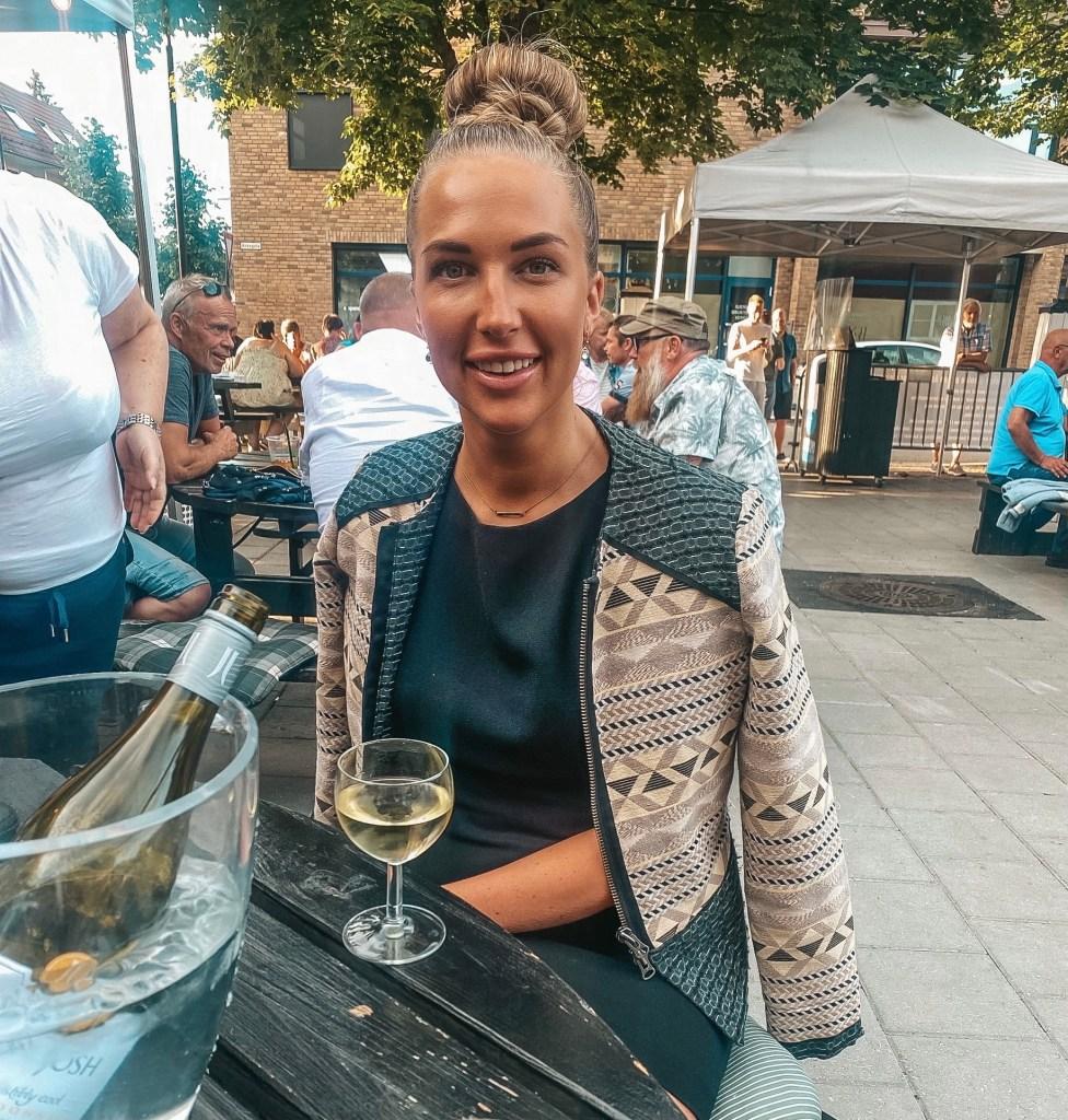 Celine på restaurant med et glass vin